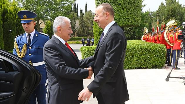 Başbakan Yıldırım Azerbaycan'da resmi törenle karşılandı