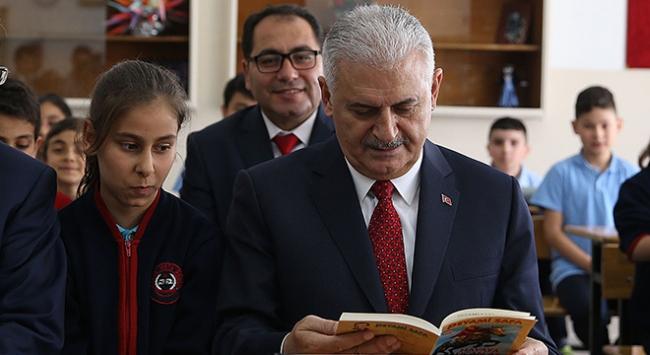 Başbakan Yıldırım öğrencilerin karne sevincine ortak oldu