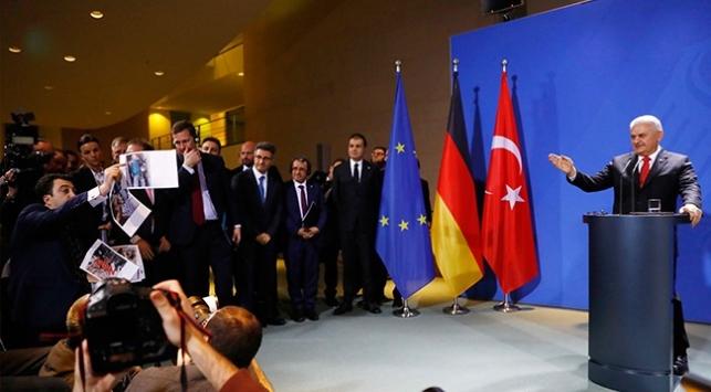 Başbakan Binali Yıldırım'a sahte fotoğraf gösteren kişi gazeteci değil provokatör çıktı