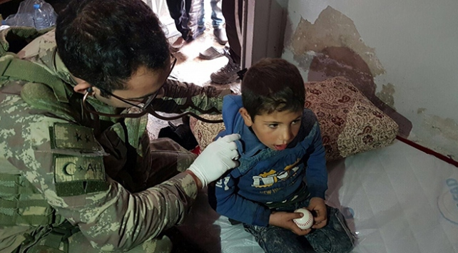 Mehmetçik Afrin'de sivillerin yardımına koşuyor