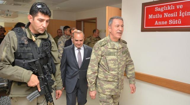 Genelkurmay Başkanı Akar yaralı askerleri ziyaret etti